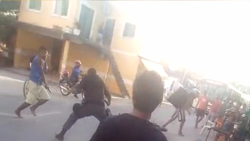 Homem toma arma de policial militar